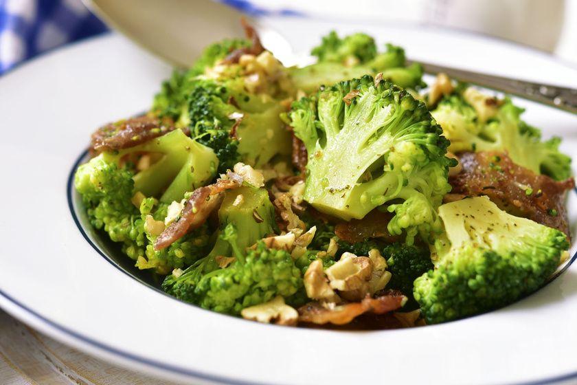 Serpenyőben sült, ropogós, baconös, diós brokkoli: ez ...