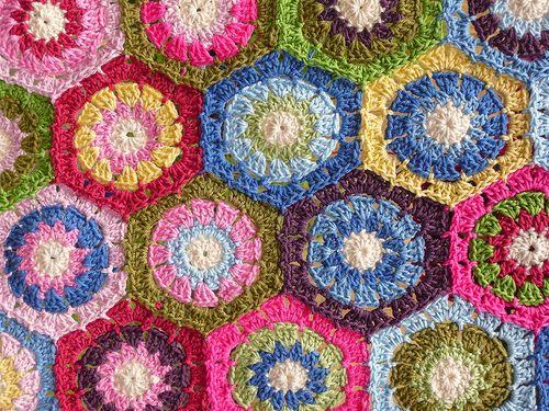 un plaid plein de couleur avec des hexagones au crochet  Hexagan Blanket - progress by dippy2knit, via Flickr