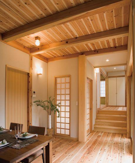 床と天井を国産の杉材で仕上げました 野趣あふれる和モダンの