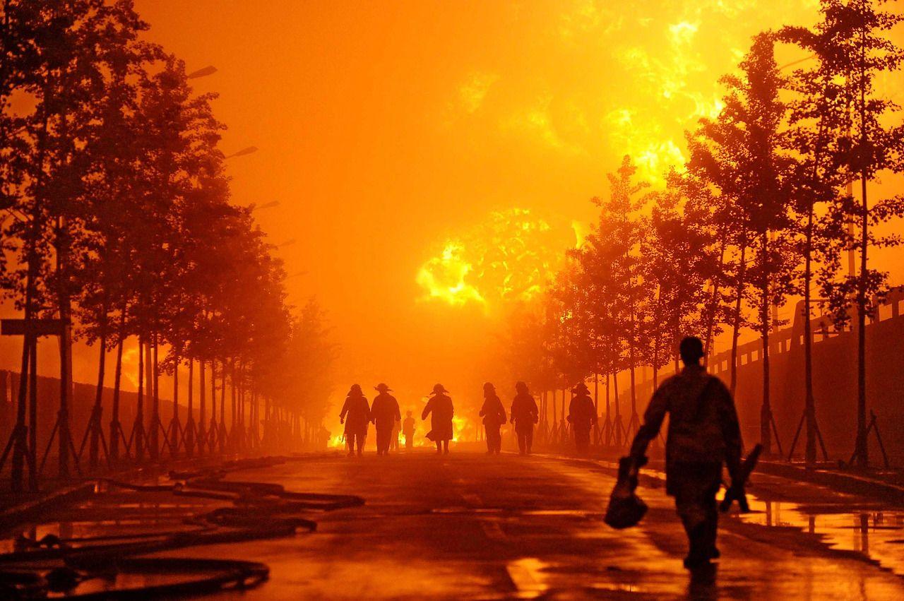 Bomberos chinos aproximándose al incendio producido por la explosión de un oleoducto en el puerto deDalian en el norte de la provincia de Liaoning.