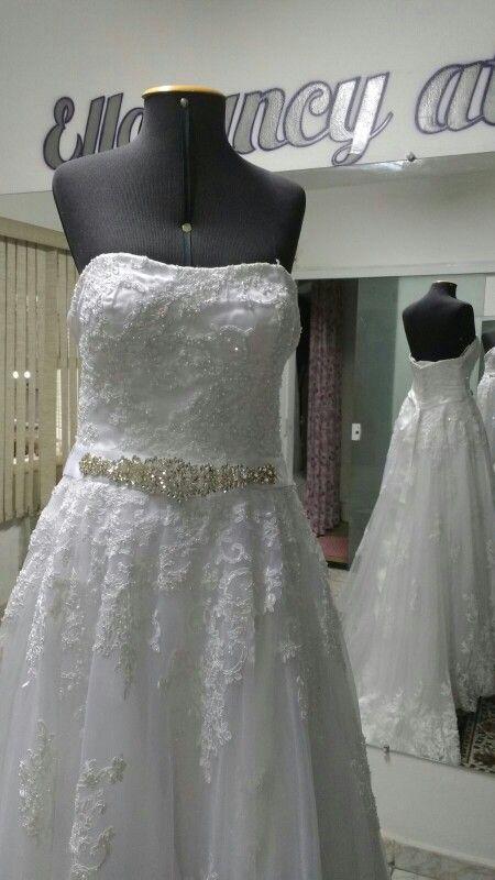 Estamos finalizando os bordados desse vestido de noiva