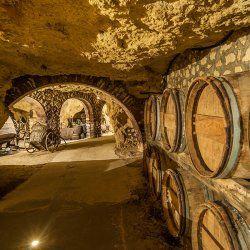 Chateau-Thierry, ville de l'Aisne célèbre également pour La Fontaine, dispose d'une Maison, la Coopérative Champagne PANNIER, dont les caves en craies sont à visiter absolument I Champagne Pannier - 23 rue Roger Catillon 02400 Chateau-Thierry I Tél : 33 0(3).23.69.51.30. I Proximité de Courcelles : à 44,5 kms (48 minutes)