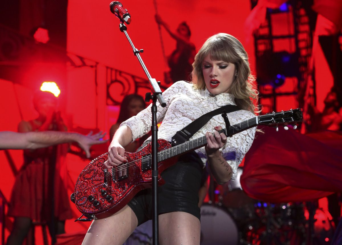 Taylor Swift Is Now Doing What Eddie Van Halen Once Did For Guitar Playing Music Teache Taylor Swift Pictures Classic Rock Songs Taylor Swift
