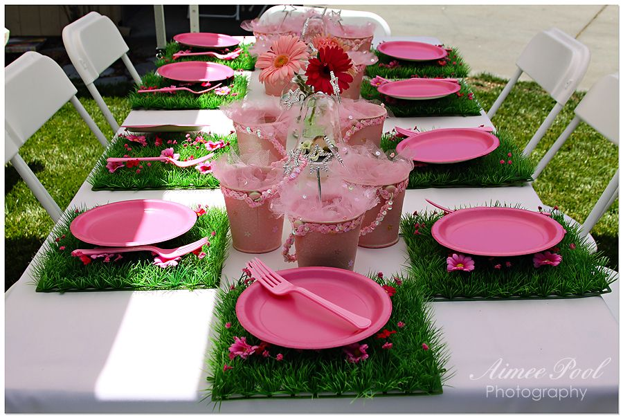 Jardim das fadas - tapetinhos de grama, descartáveis cor-de-rosa, flores e baldinhos de alumínio com varinhas mágicas.