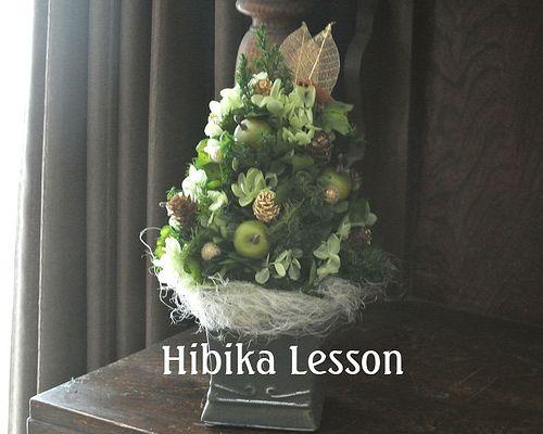 プリザーブドレッスン♪生徒さんの作品です。グリーンでシンプルに仕上 げたXmasツリーのアレンジです☆ | by Hibika