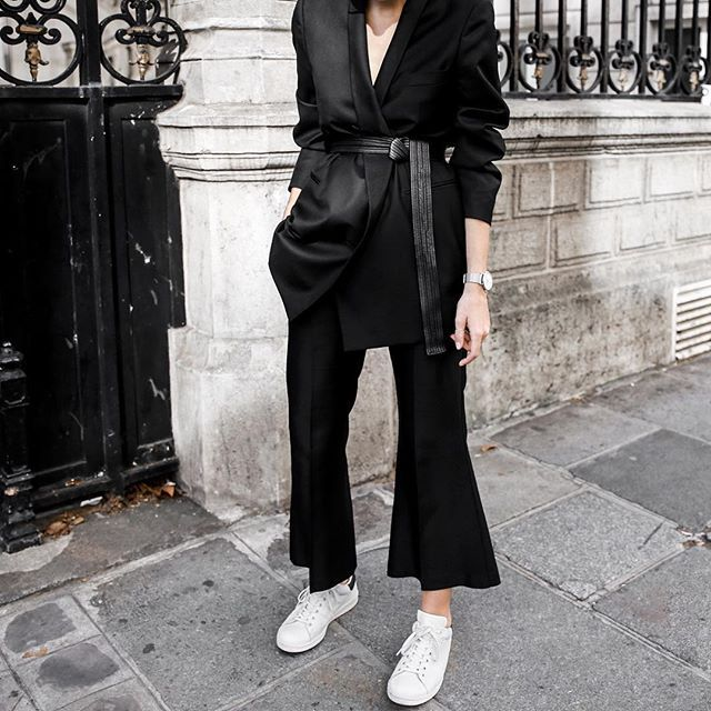 The bare basics. ➕ New personal style editorial up now on www.modernlegacy.com.au : @hanro #modernlegacy #Paris #ootd