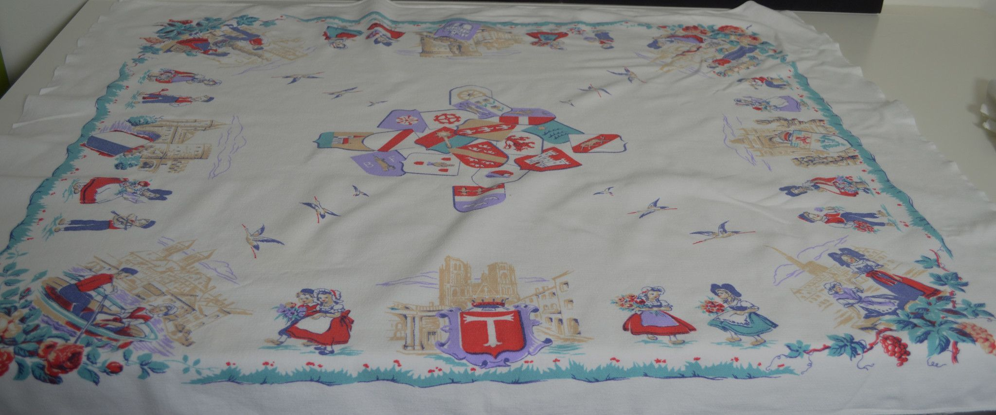 WONDERFUL VINTAGE DUTCH TABLECLOTH AND FIVE NAPKINS WITH CHILDREN PP236