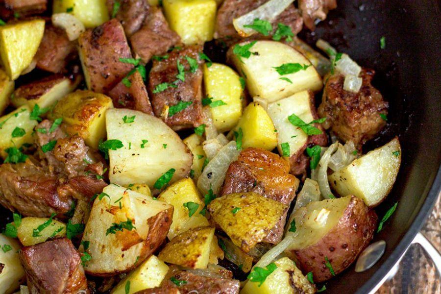 ¡Sabroso! Carne al horno con papas y cebollas