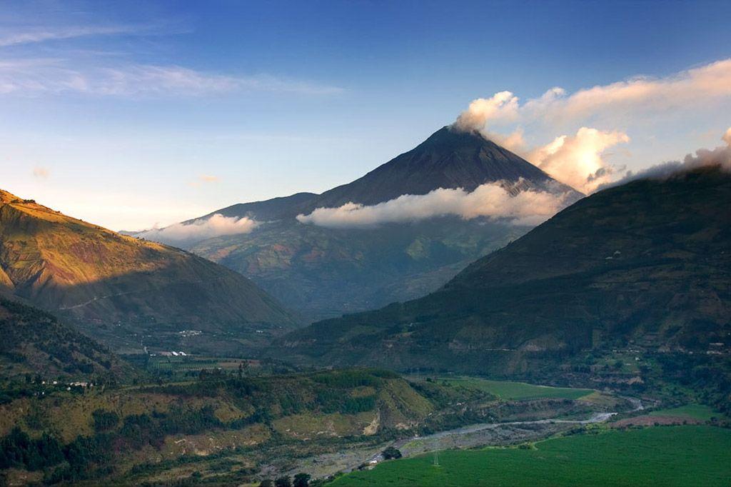 Volcán Tungurahua sobre el valle que conduce a la ciudad de Baños ...