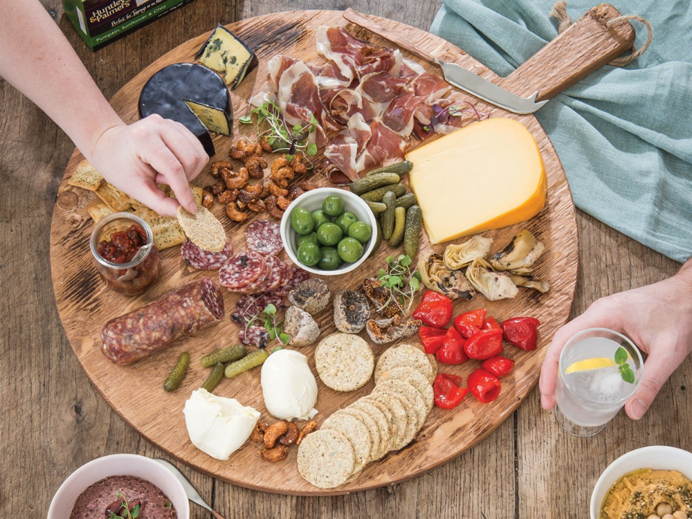 Make the perfect grazing platter for Christmas with our top tips and tricks! Find out what to put on your platter with great recipes and ideas. #plateaucharcuterieetfromage