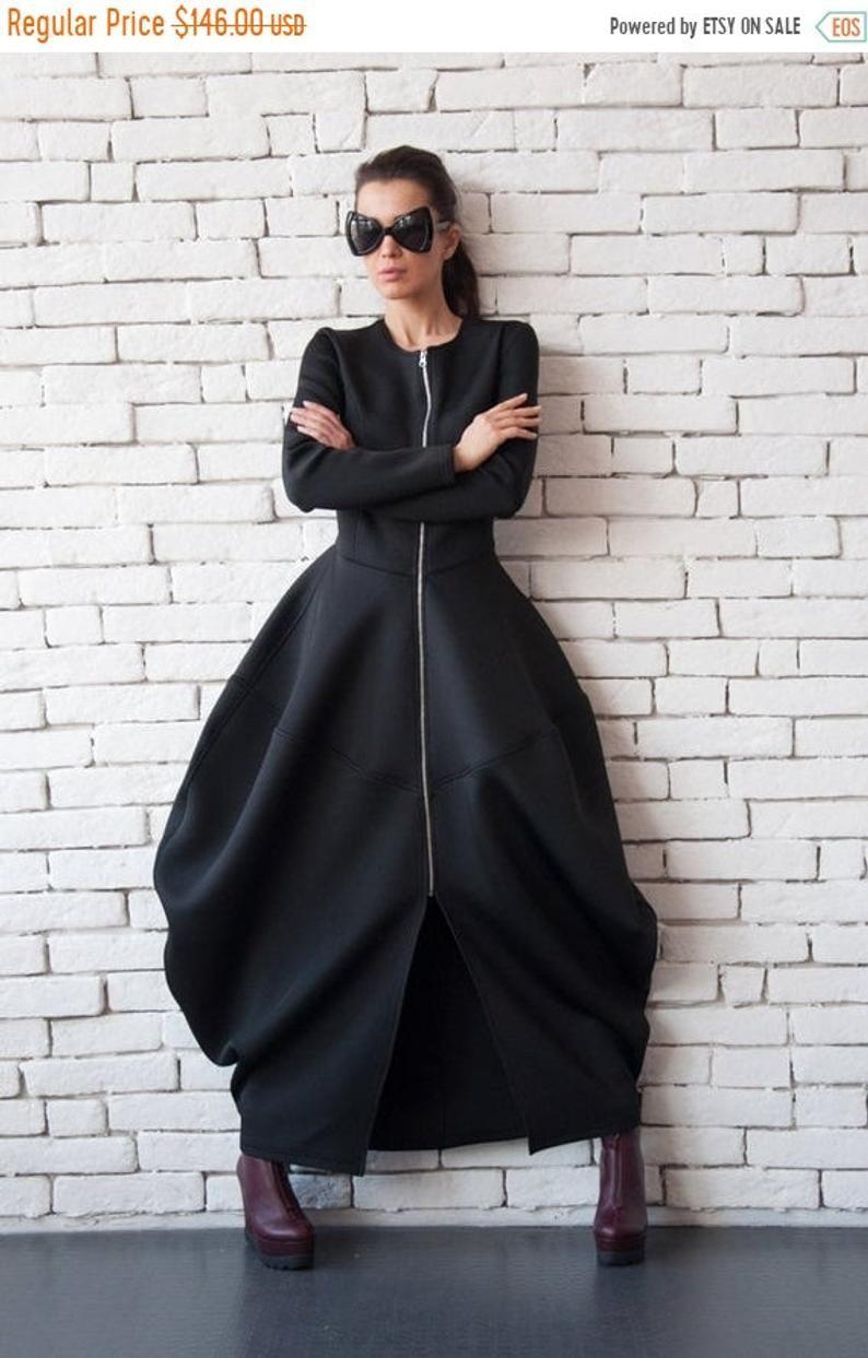 Schwarze Neopren Kleid/extravagante lange Mantel ...