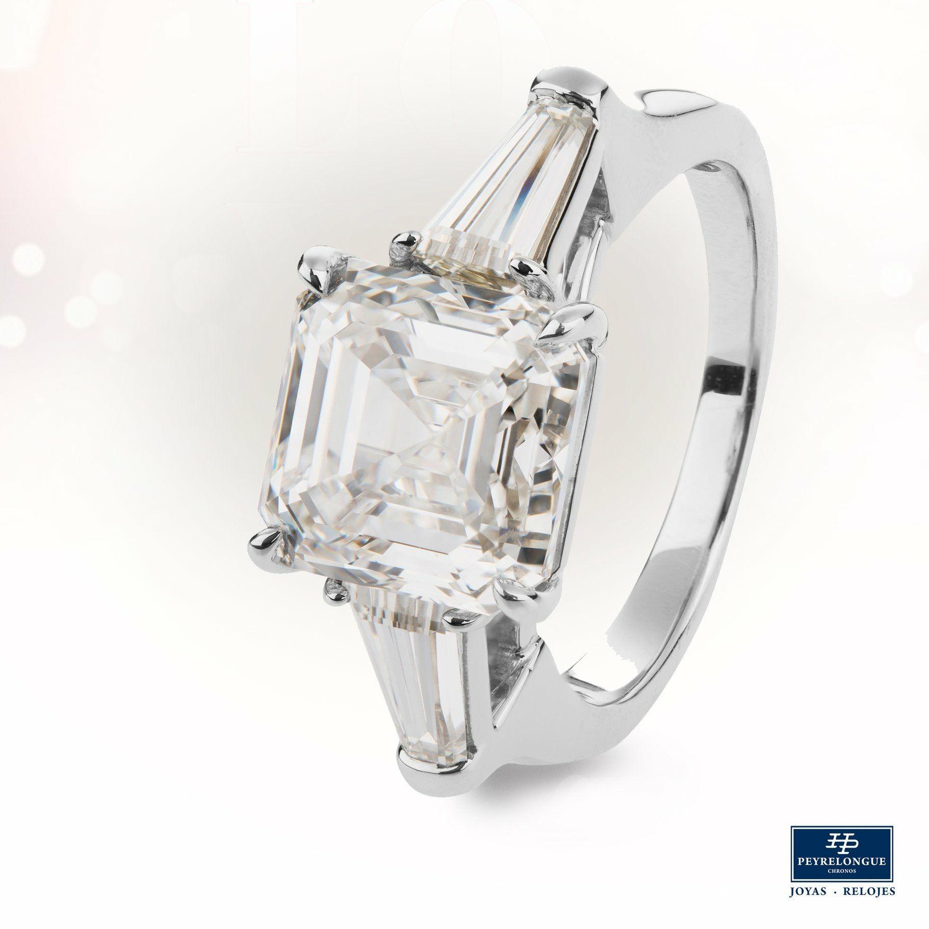f149b12383c2  JoyasPeyrelongue  ValentinesDay Anillo con diamante cuadrado y diamantes  corte trapecio a los lados en oro blanco de 18 kt.