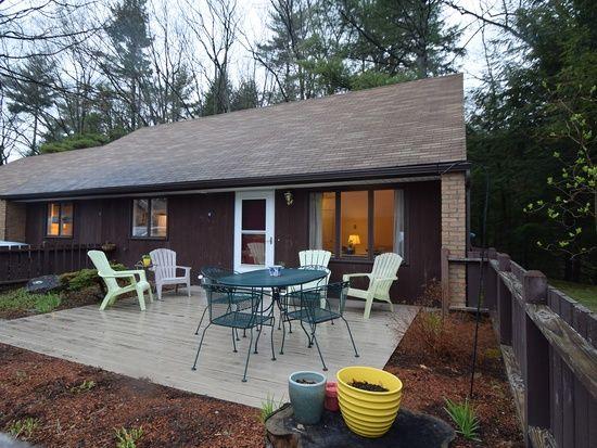8 Cedar Gln N, South Burlington, Vermont // 1 lvl / 3 bed / 1 bath / 1,140 sq ft $175,000 // $XX/month HOA