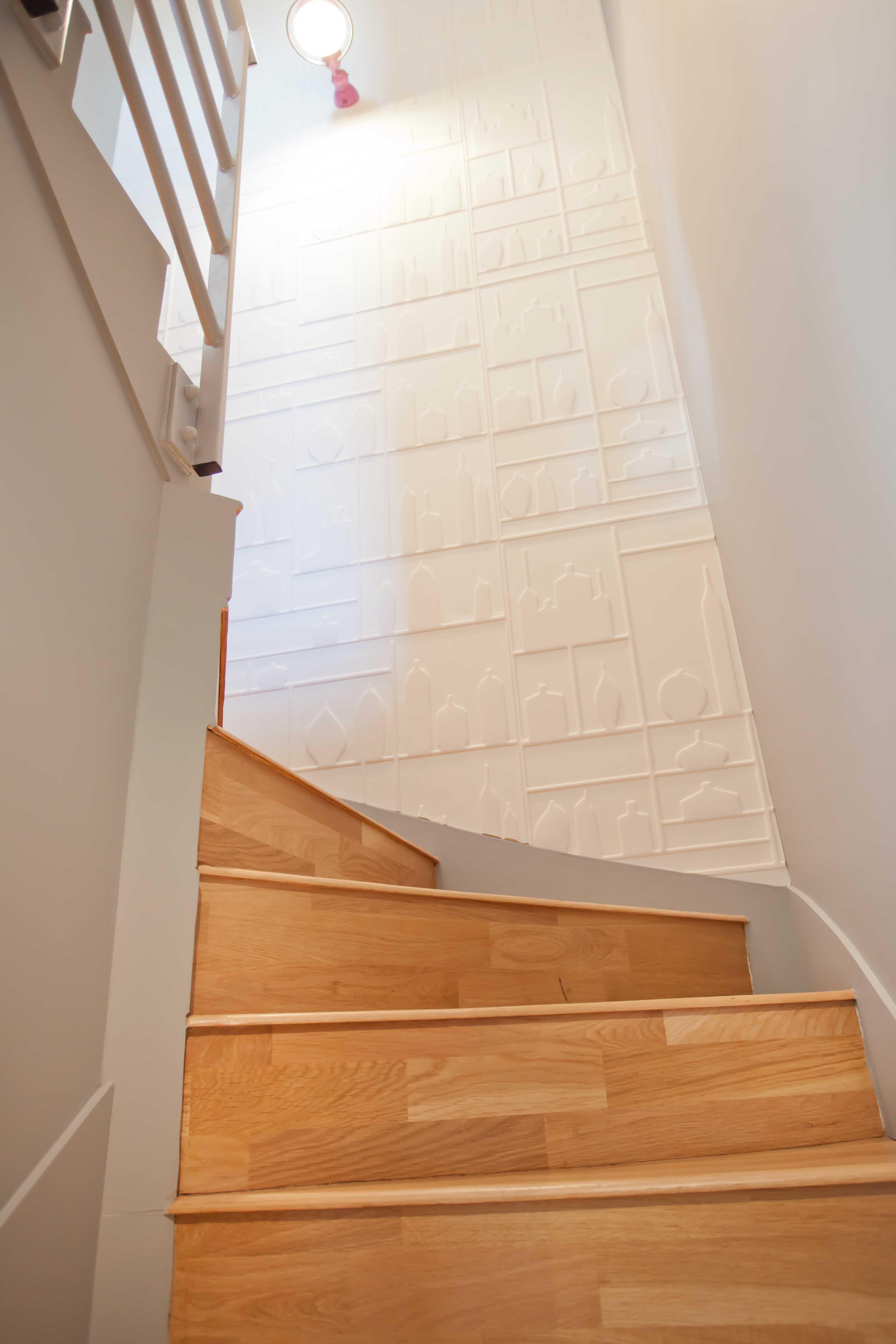 Escalier sublimé par le revêtement mural Vase de Elitis   Parement mural, Revêtement mural et ...