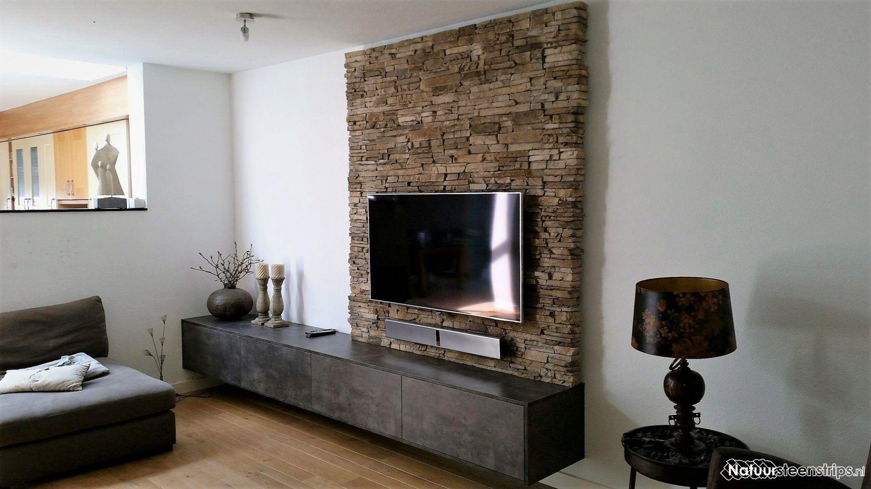 Steenstrips op de wand bij de televisie | Woonkamer ontwerp