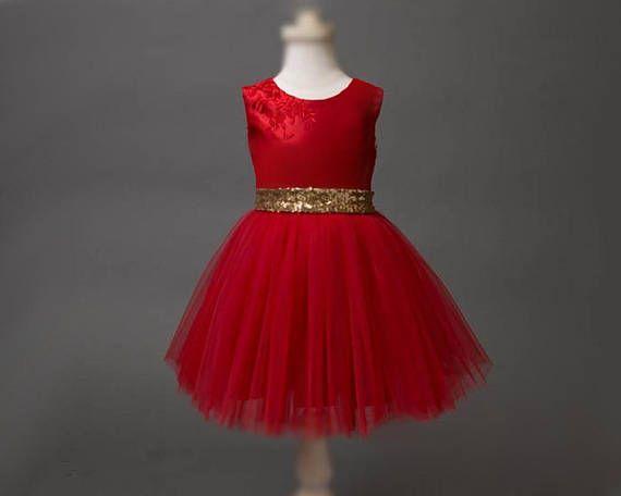 835f50070fb4c Robe rouge de Noël. Cette robe pour fille est en satin rouge pour le haut