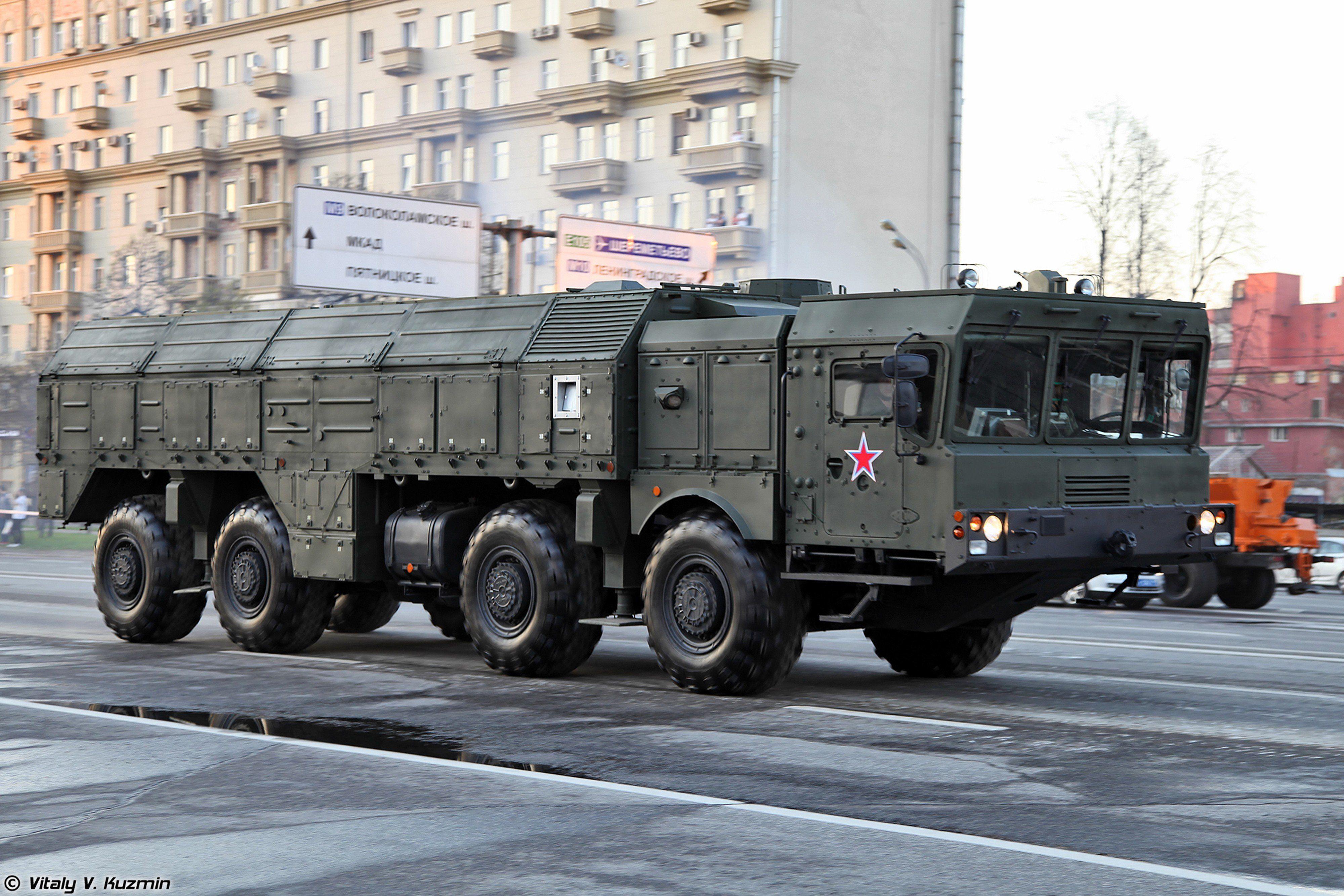 9P78-1 TEL para el sistema Iskander M en el ensayo para el Desfile de la Victoria 2014 en Moscú. Transporte, alzamiento y lanzador de misiles de crucero R-500-M.