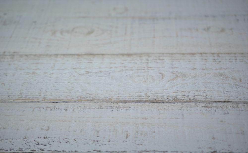 Holzbretter in gewünschter Größe zusammenschrauben. Erster Farbauftrag an den Rändern mit brauner Farbe. Trocknen lassen. Dünn Möbelwachs auf die braune Farbe polieren. Komplette Fläche mit weißer Kreideemulsion streichen. Trocknen lassen und nach belieben durchschleifen.