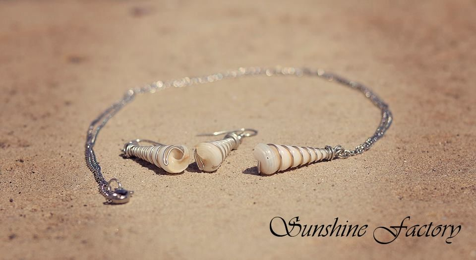 Earrings and necklace with sea shells and wire.