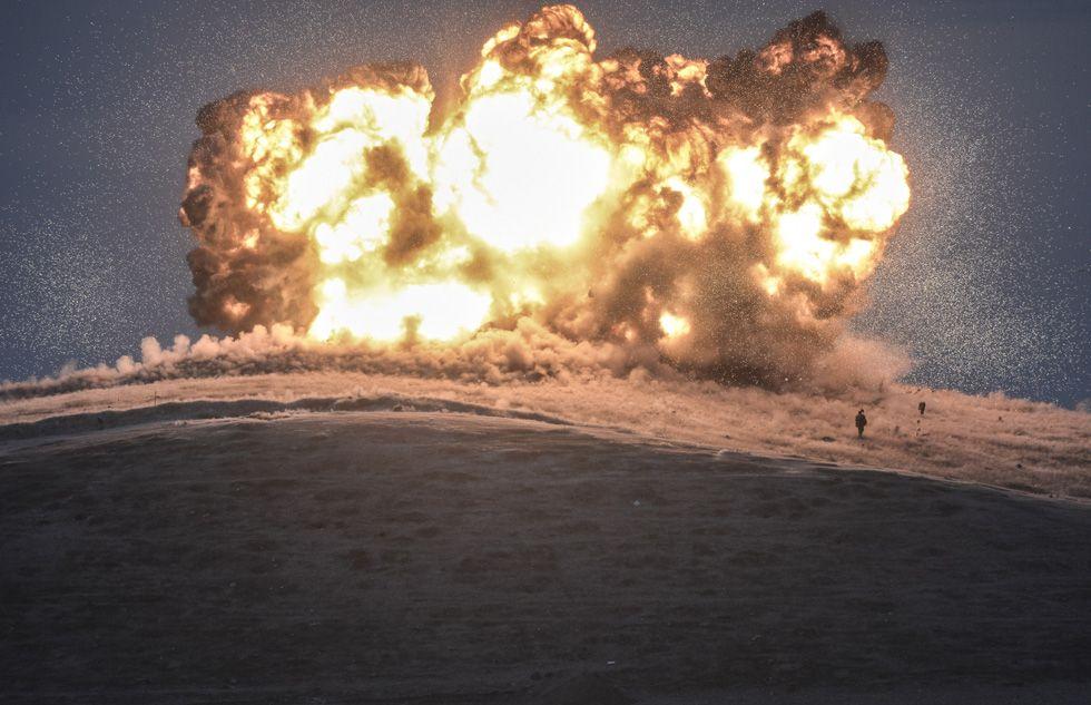O fotógrafo Bulent Kilic foi o ganhador do terceiro prêmio na categoria 'Spot News'. A imagem mostra o bombardeio de uma posição do Estado Islâmico em Tilsehir, perto da fronteira da Turquia, em 23 de outubro de 2014.  BULENT KILIC (AFP)Ganhadores do 'World Press Photo 2015'   Cultura   EL PAÍS Brasil