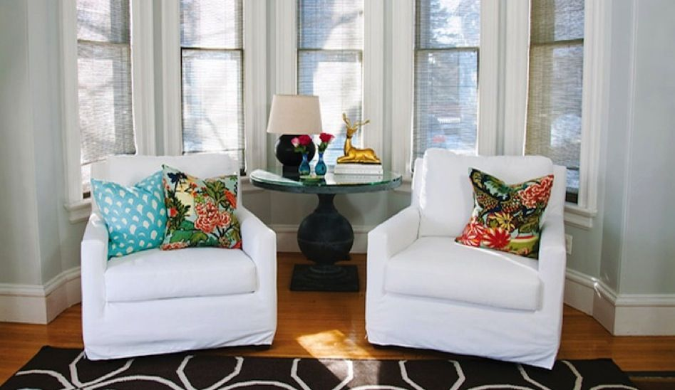 love this seating area! Throw pillows are my favorite way to inexpensively change up the look of a space!