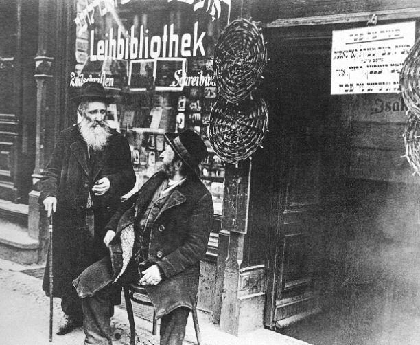 Berlin, Scheunenviertel, Leibiliothek Rosenberg Grenadierstraße, um 1921.