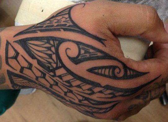 Tatouage Sur La Main D Un Homme Affichant Un Dessin Maori Polyfusion