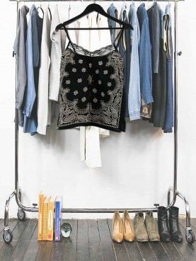 Caraco unique fait avec un bandana noir dont l'encolure est bordée de dentelle noir. Le dos est en soie recyclée. Tendance top lingerie ! Vêtement upcycling femme