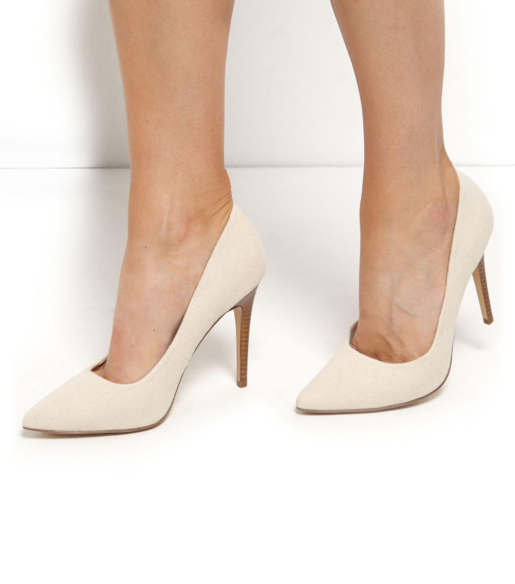 62c4c37dd0d Chaussures taupe en toile à talons et bout pointu