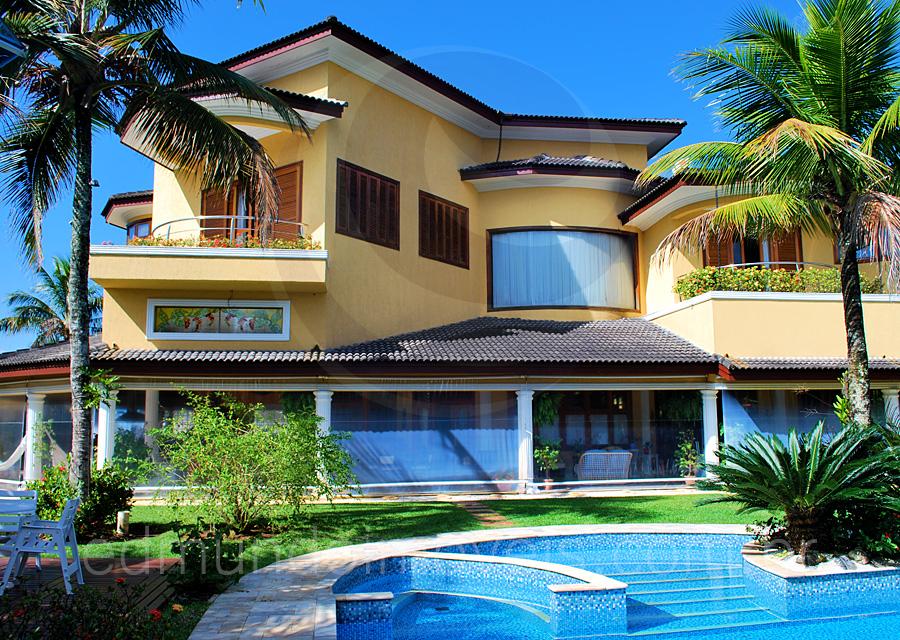 Comercializada pela Edmundo Imóveis, esta luxuosa residência no Condomínio Jardim Acapulco merece destaque por sua generosa área de convivência, que oferece máxima descontração aos convidados. O amplo espaço externo, com diversas opções de lazer, também deve ser considerado.