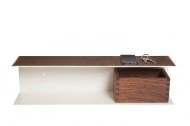 Regalkonsole: Konsole Diese Regalkonsole in U-Form kombiniert barrierefrei Form und Funktion. Die obere Ablagefläche bietet Platz für Ihr Smartphone, Schlüssel oder andere Dinge, die schnell greifbar sein müssen. Das echte Rindsleder sichert einen weichen, schützenden Untergrund.  Die untere Ablagefläche bietet Ihnen die Möglichkeit einer zusätzlichen Holz Box für Schmuck, Zettel oder Ähnliches. Mit dieser Regalkonsole schaffen Sie Ordnung mit Stil und Eleganz.