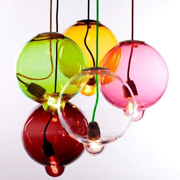 Descubra uma luminária que parece derreter com o calor da lâmpada. http://colunas.revistaglamour.globo.com/referans/2012/09/10/luminaria-derretida/