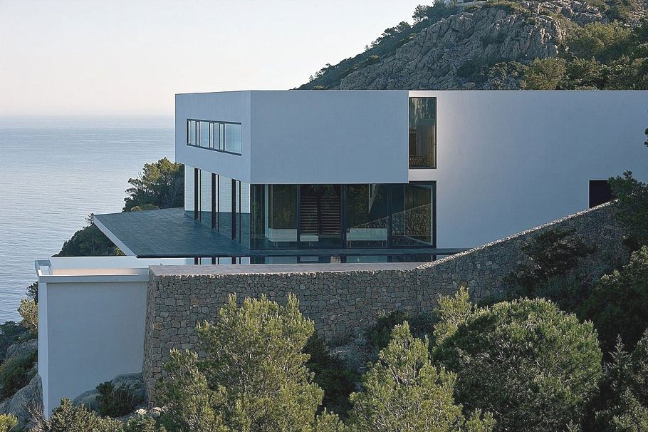Contemporay design and clifftop views aibs house