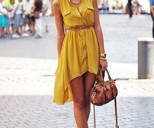 Robe jaune avec ceinture, sac en cuir.