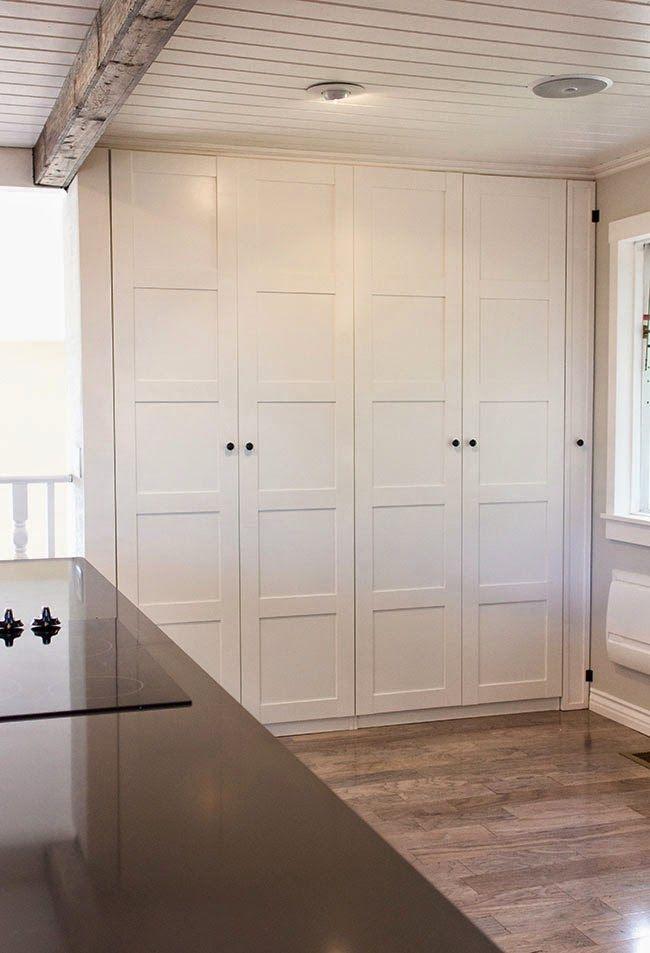 Un gran armario dentro de la cocina armarios armario - Cocina armario ikea ...