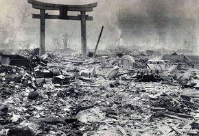 Devastado: Praticamente todos os edifícios em Hiroshima ficaram de pé após a enorme explosão de bomba atômica