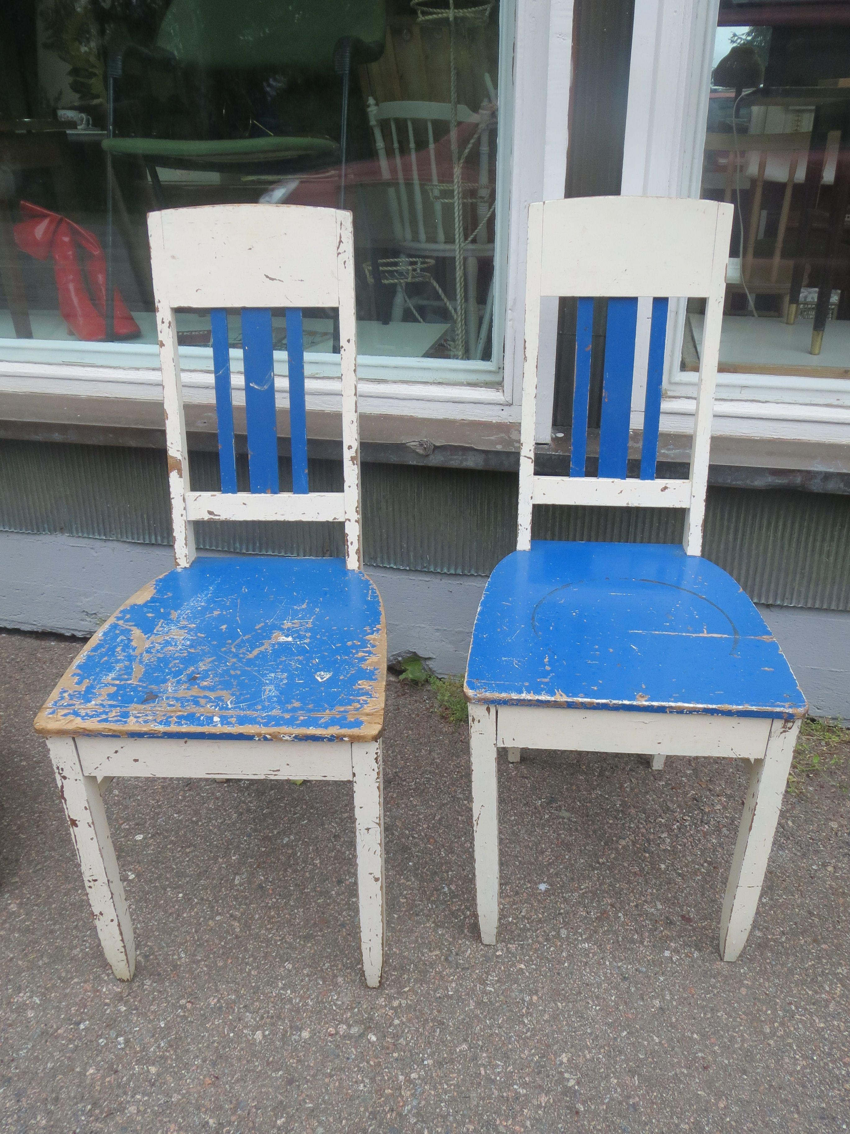 Kauniinmalliset jugend-tuolit, pinnoissa jo reilusti kulumaa, toisen tuolin etureunaan tehty korjailua ja siinä on muutama naula, liimaukset melko hyvässä kunnossa. MYYTY.