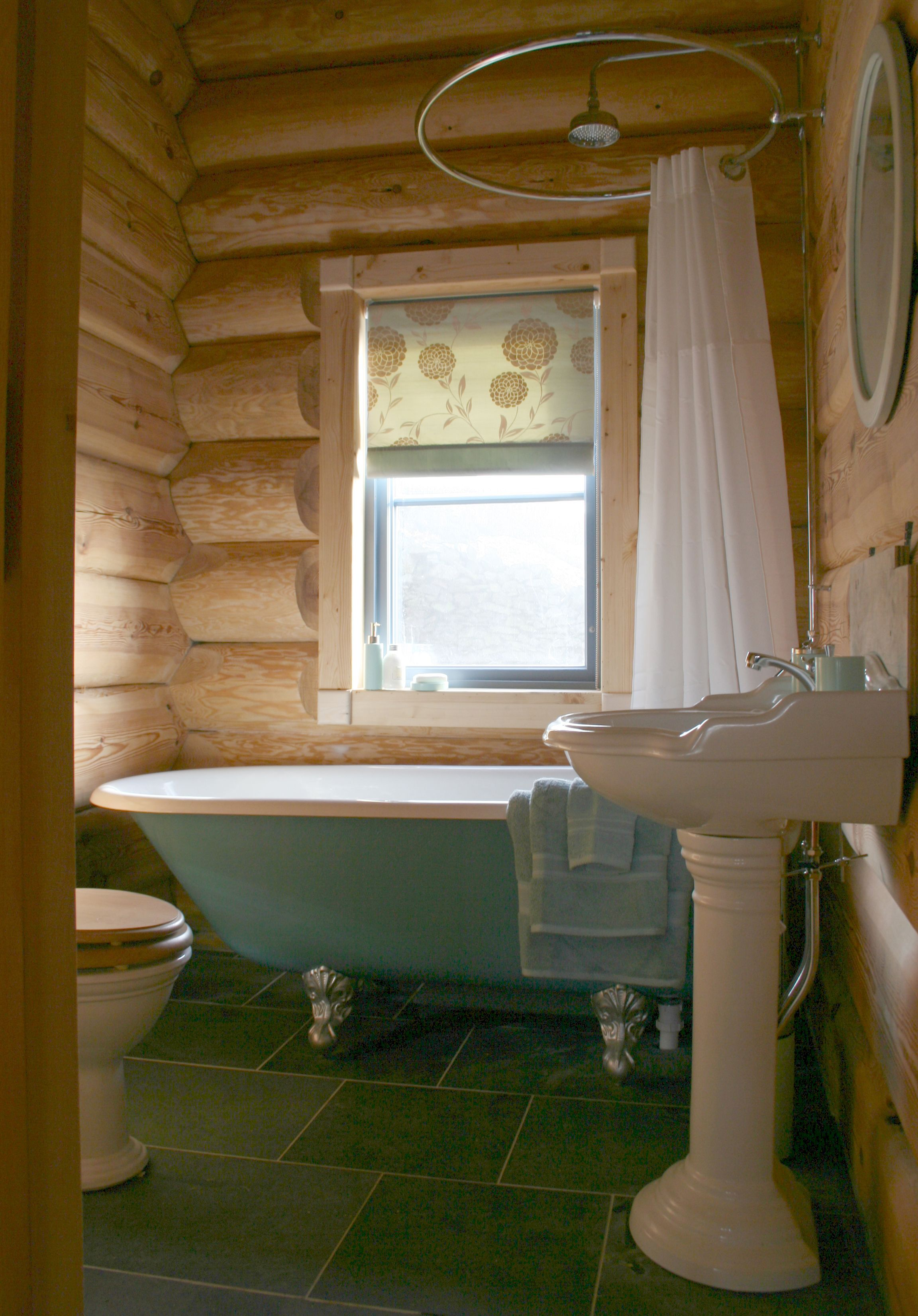 Luxurious Roll Top Bath Cabin Bathrooms Log Cabin Bathrooms Tiny House Bathroom
