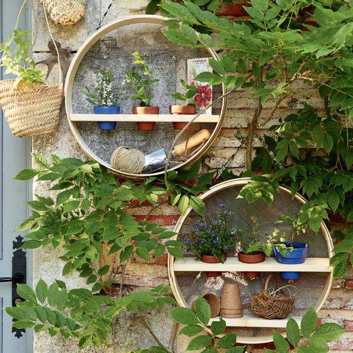 Des tamis transformés en étagères de jardin Étagères de jardin
