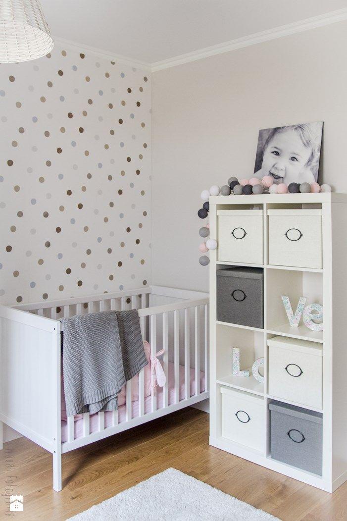 Polka dot wall decal + white crib   Zdjęcie: Pokój dziecka ...
