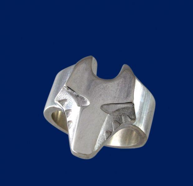 Sormus miehelle. Susi-aiheinen veistoksellinen hopeasormus, näyttävä lahja aviomiehelle tai poikaystävälle. Sormuksen kaveriksi sopii vaikka susi-kaulakoru. Design Sami Viitasaari.