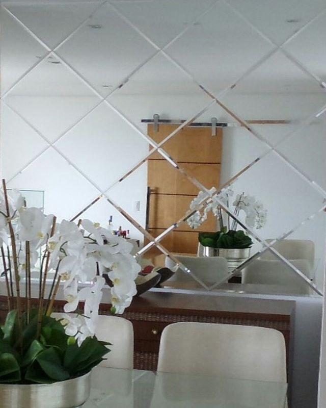 Bommm dia!!!!  Detalhes lindos dos losangos com bisotê. Com @nataliaormai_arquitetura. #parceriasqueamamos #amooquefaço  #espelhos #decoracao #decor #instadecor #instadesigner #instadesig #details #decoration #saladejantar #campograndems #alaidearteemespelhos