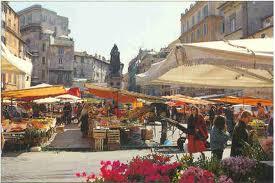 El Mercato:In Rome begint het voorjaar als de fave fresche, de verse tuinbonen, weer verkrijgbaar zijn. Op de markt op het Campo de' Fiori is het een drukte van jewelste bij de groentekramen die de tuinbonen als eerste aanbieden, de Romeinen ruiken het voorjaar en zijn er als de kippen bij om de eerste tuinbonen te bemachtigen.