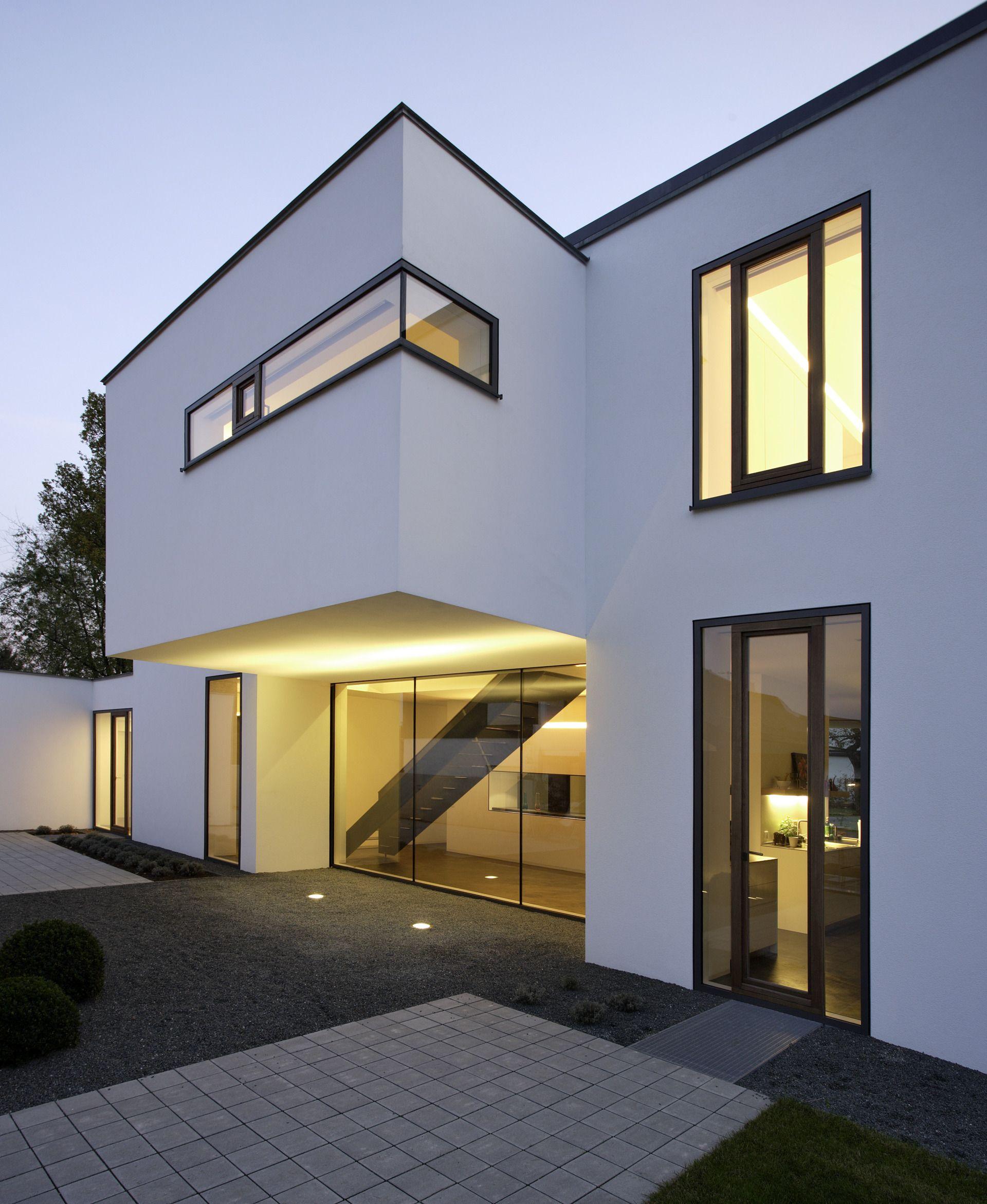 Hell Beleuchtete Villa Mit Moderner Terrassengestaltung Villa
