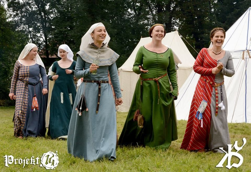 Excellent repros. Costume médiéval, Robe médiévale et
