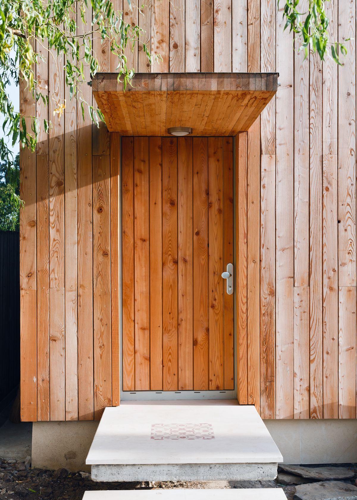 Как сделать козырек над крыльцом (61 фото): создаем красивый вход в дом http://happymodern.ru/kak-sdelat-kozyrek-nad-krylcom-59-foto-sozdaem-krasivyj-vxod-v-dom/ Козырек над крыльцом сверху можно обшить металлом