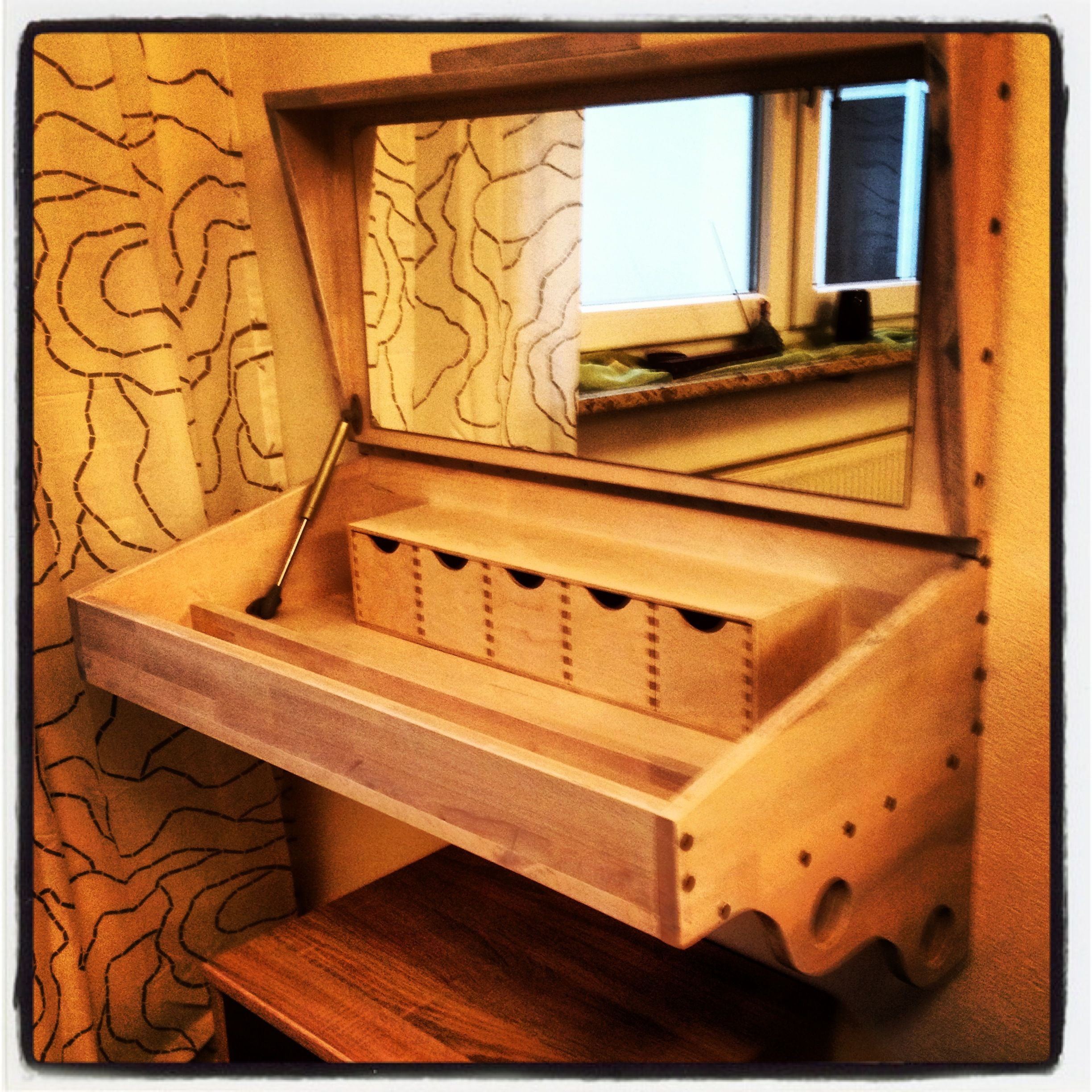 DIY make-up table for Mrs. Pretty...
