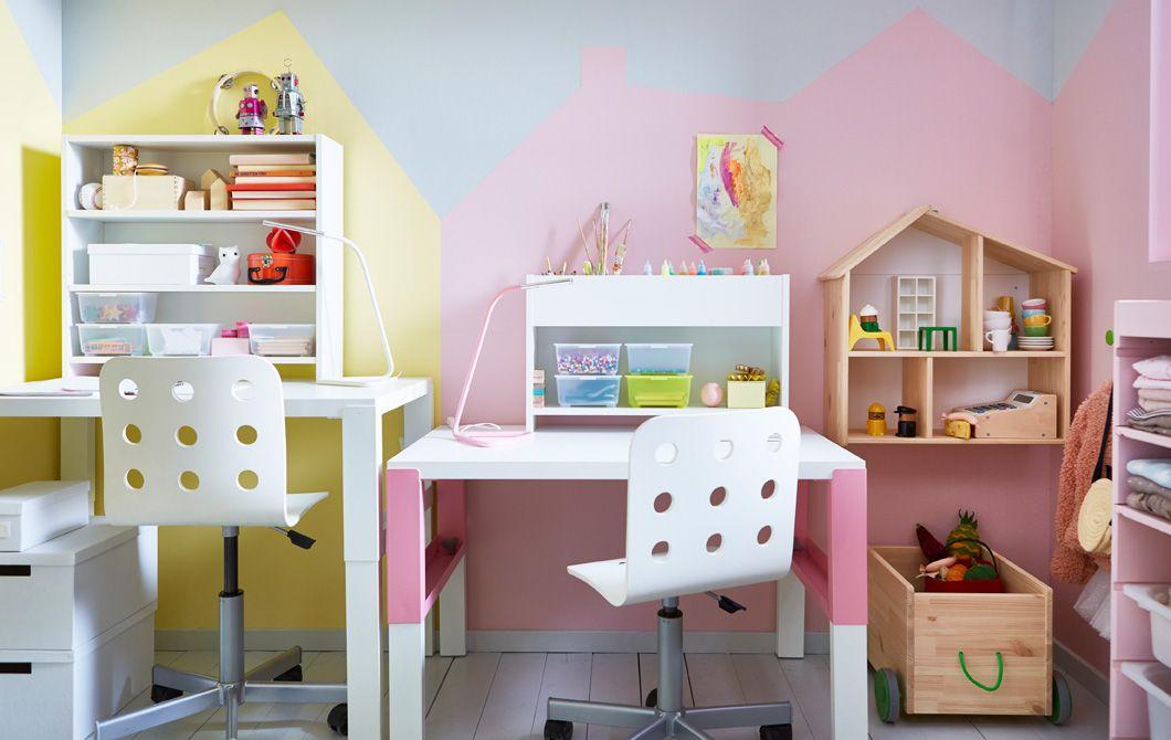 Kinderzimmer einrichten für zwei  Zwei verstellbare Schreibtische und Stühle nebeneinander in einem ...