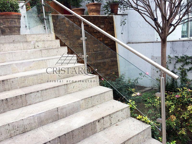 Barandal de cristal templado y acero inoxidable en escaleras