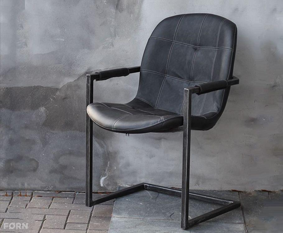 Stoer Industriele Eetkamerstoelen : Zwart leren eetkamerstoel met stoer stalen frame. trendy stoelen